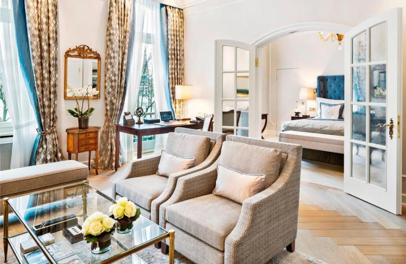 Guest room at Fairmont Hotel Vier Jahreszeiten.