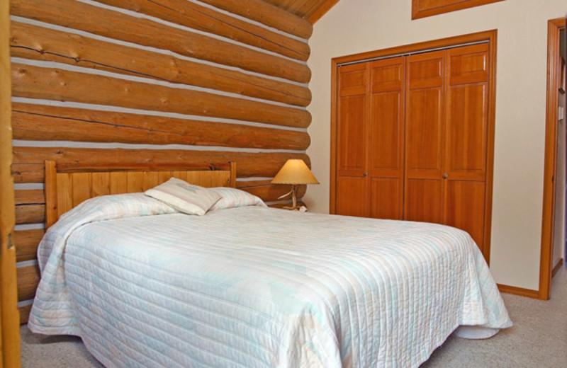 Guest bedroom at Rye Creek Lodge.