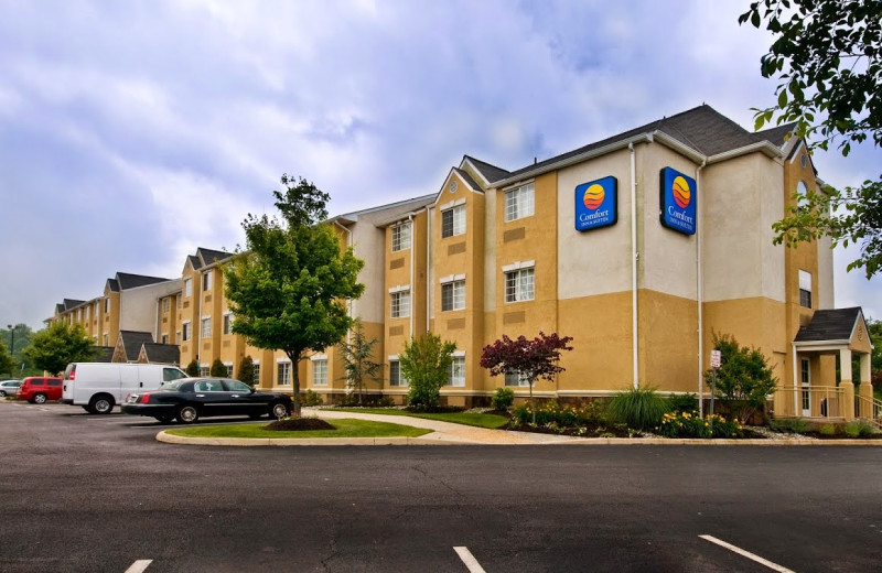 Exterior view of Comfort Inn and Suites Dulles.