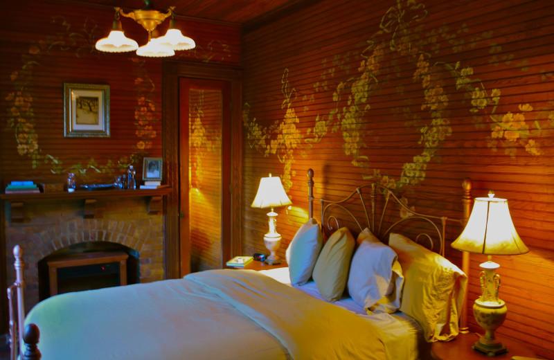 Secret Garden Room, Queen Bed at Spillian.