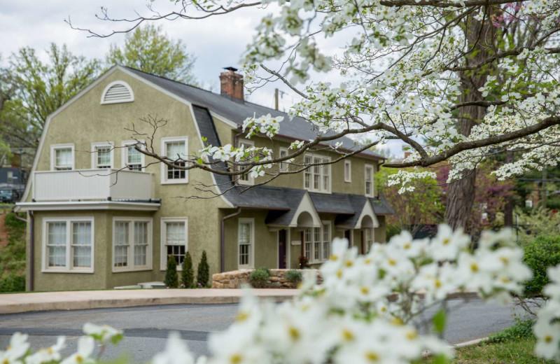 Exterior view of Oakhurst Inn.