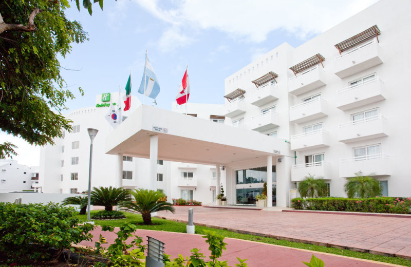 Exterior view of Holiday Inn Cancun Arenas.