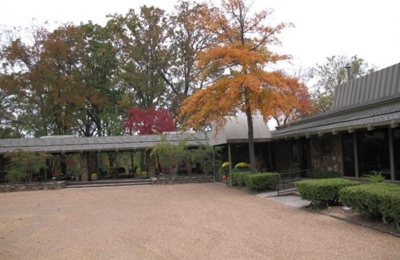 Exterior view of Red Apple Inn and Country Club.