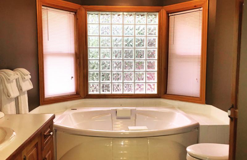 Cottage bathroom at Patterson Kaye Resort.