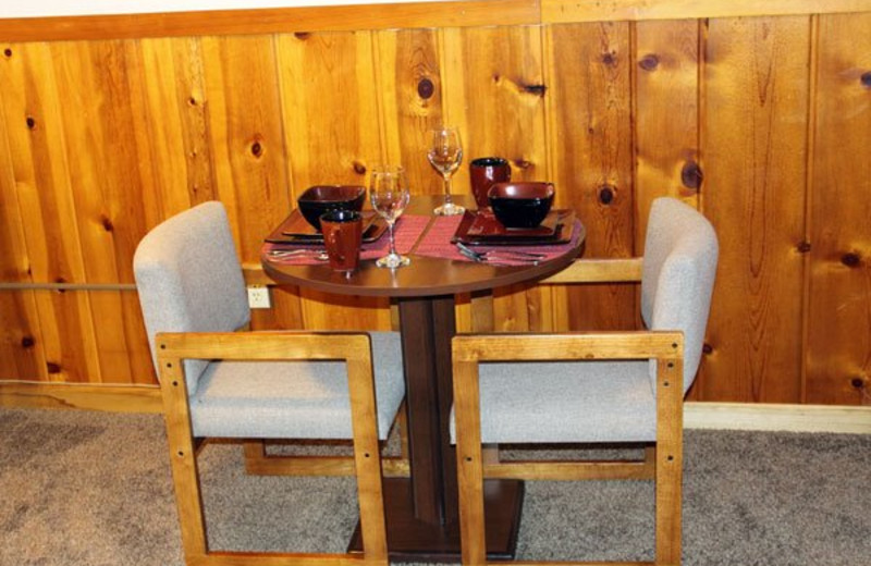 Guest dining table at Alpine Trail Ridge Inn.