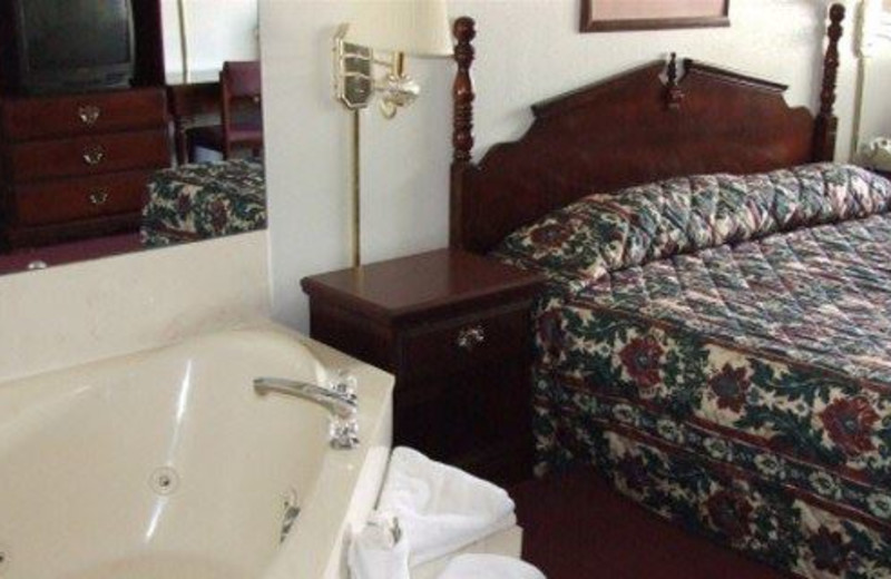 King jacuzzi guestroom at Angel Inn of Branson.