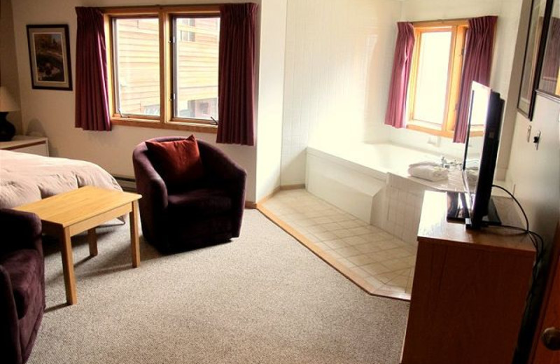 Jacuzzi bedroom at Highridge Condominiums.