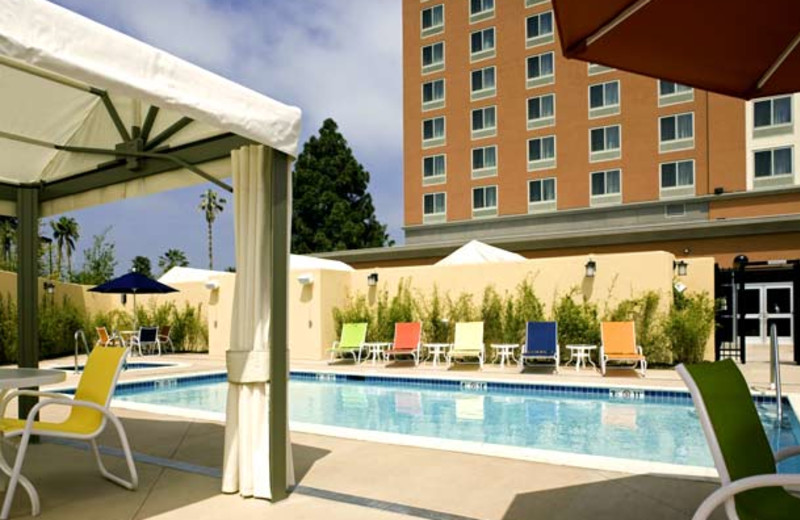 Outdoor pool at Courtyard by Marriott Los Angeles Westside.