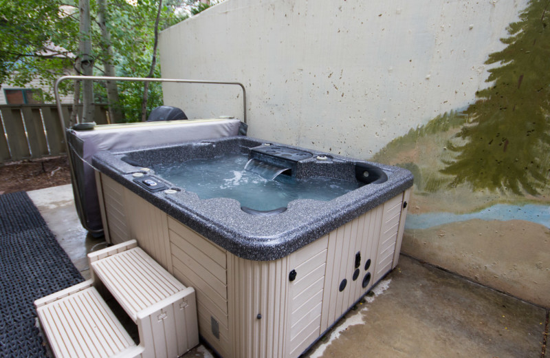 Hot tub at River Stone Resorts & Bear Paw Suites.