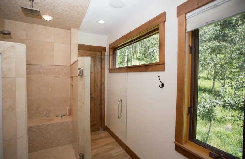 Rental bathroom at Alpine Getaways.