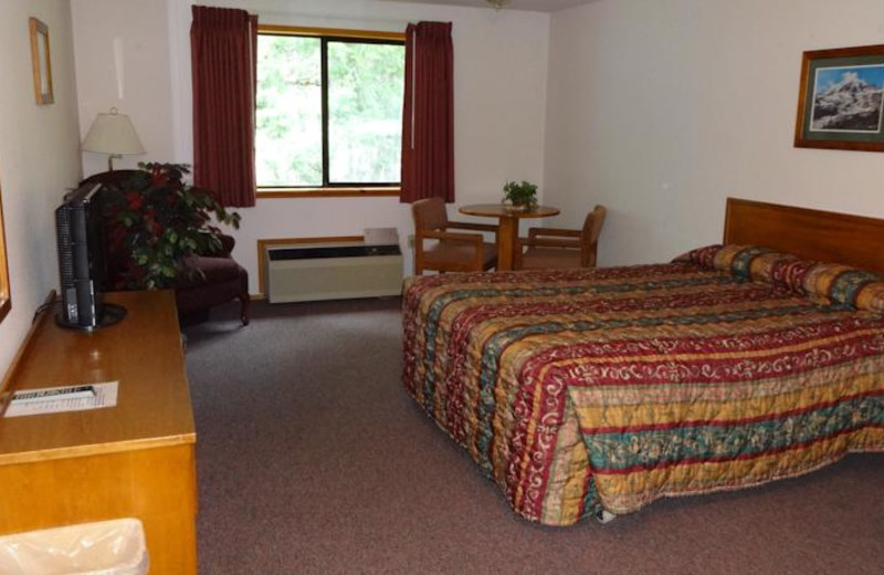 Guest bedroom at Nisqually Lodge.