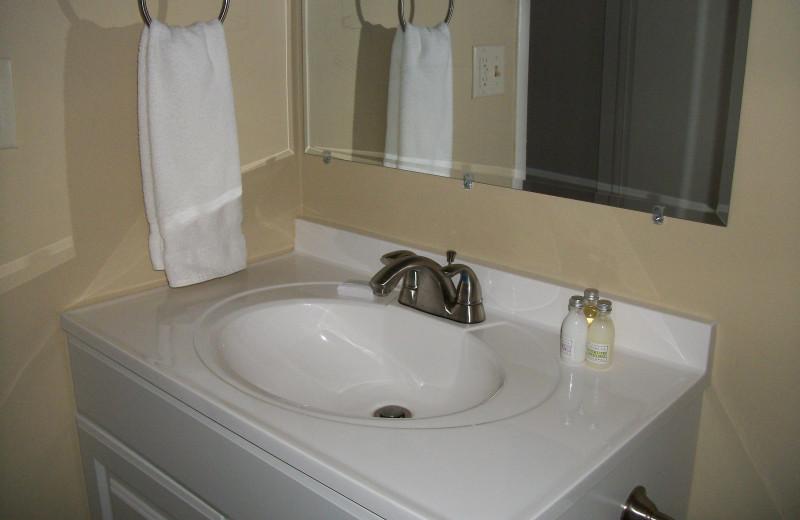Guest bathroom at Michillinda Beach Lodge.