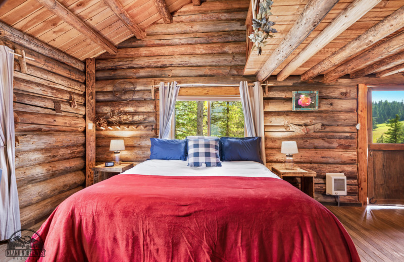 Syringa Cabin bedroom at Red Horse Mountain Ranch.