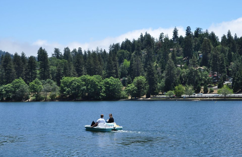 Boating at Arrowhead Pine Rose Cabins.