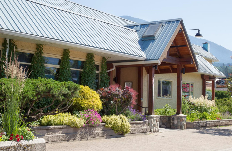 Exterior view of The Lodge at Arrow Lakes.