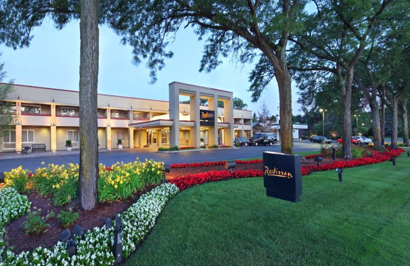 Exterior view of Radisson Hotel Detroit-Bloomfield Hills.