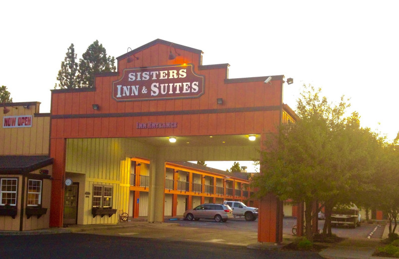 Exterior view of Sisters Inn & Suites.