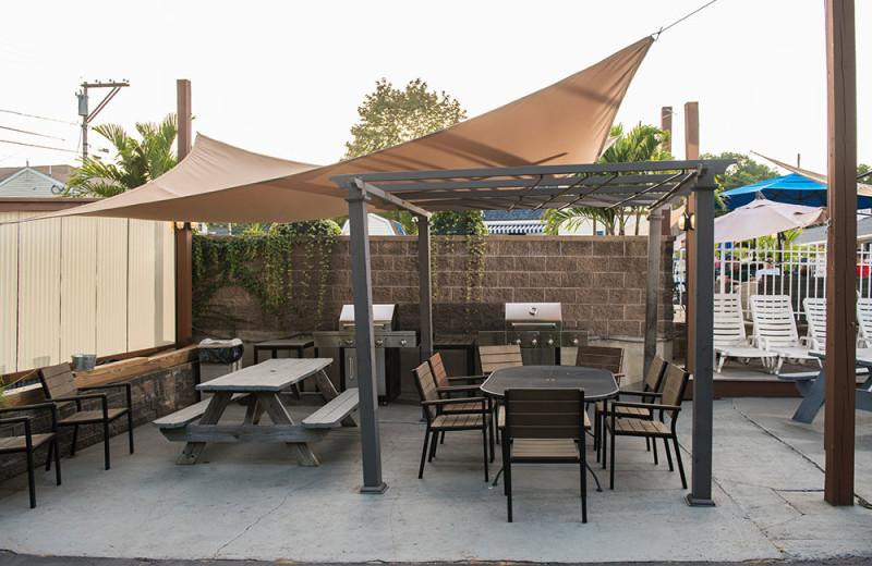 Picnic tables and BBQ at Footbridge Beach Motel.