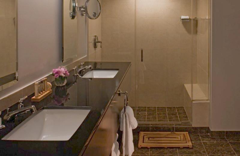 Guest bathroom at La Torretta Lake Resort.