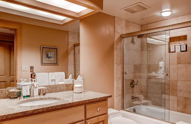 Guest bathroom at The Galatyn Lodge.