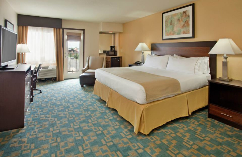 King suite at Branson 76 Central Holiday Inn Express.