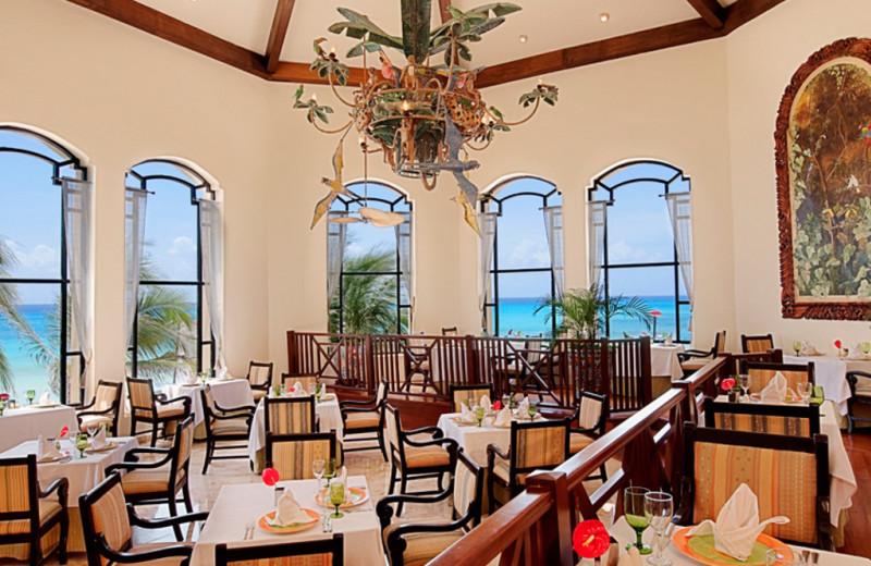 Dining room at Royal Hideaway Playacar.