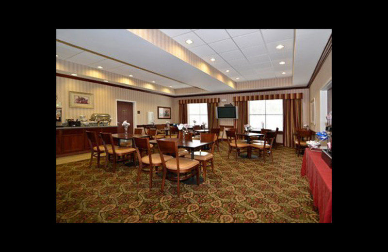 Dining area at Comfort Suites - Twinsburg.