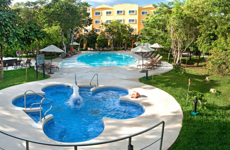 Outdoor pool at Courtyard By Marriott Cancun.