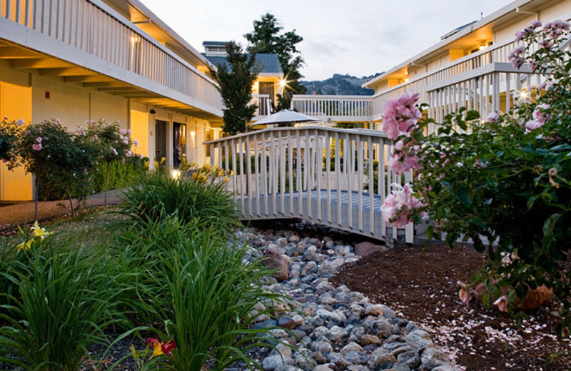 Outdoor Courtyard at Comfort Inn Calistoga Hotel