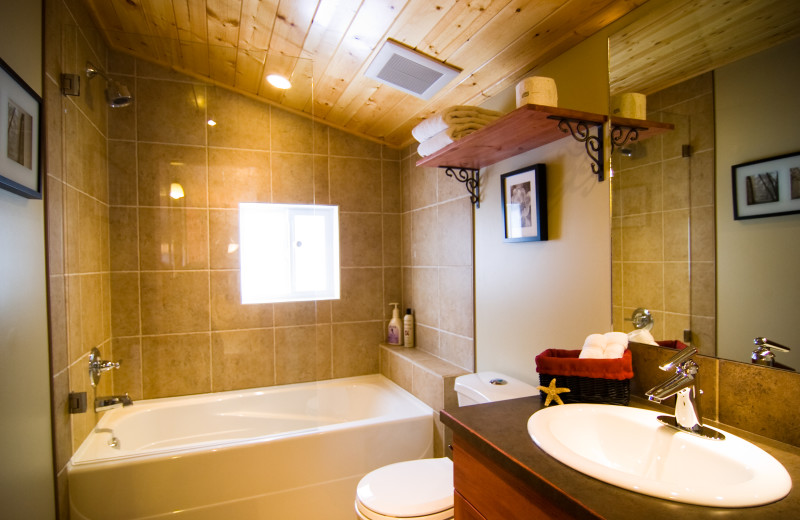 Rental bathroom at Cedar House Restaurant & Chalets.