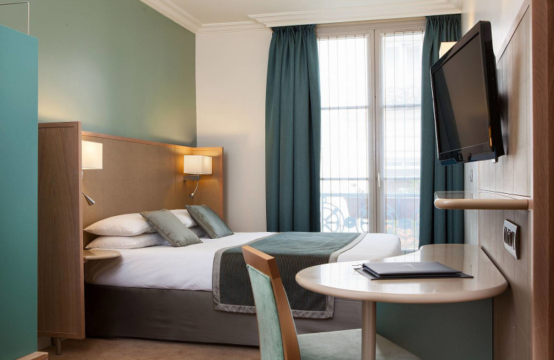 Guest room at Regetel - Hotel Corona Opera.