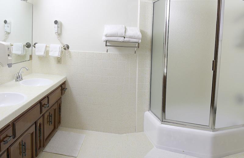 Guest Bathroom at Lone Oak Lodge