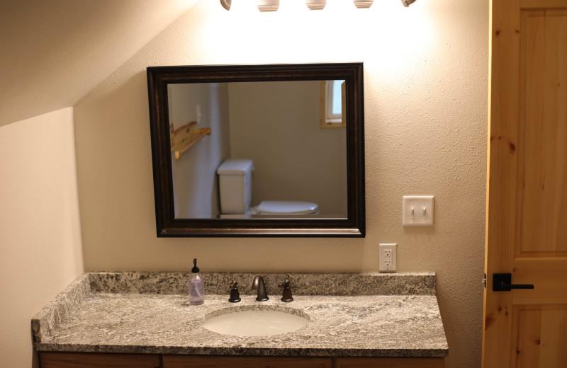 Guest bathroom at Screamin' Reels Lodge.