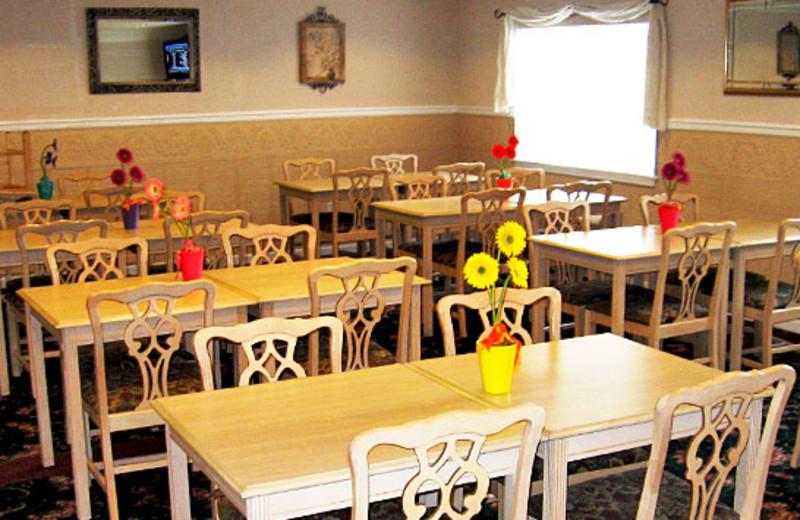 Breakfast room at GuestHouse Inn & Suites Aberdeen.