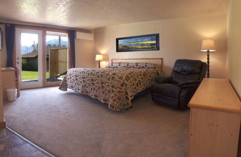 Guest room at Ninepipes Lodge.