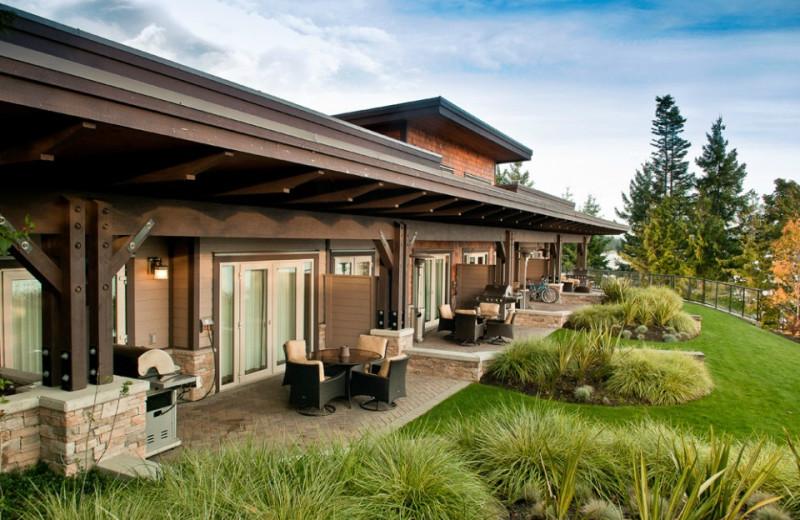 Exterior view of Sunrise Ridge Waterfront Resort.