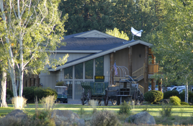 Exterior view of Best Western Ponderosa Lodge.
