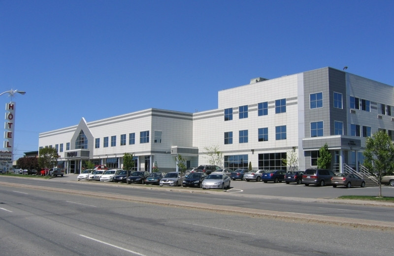 Exterior view of Hotel & Suites Le Dauphin Drummondville.