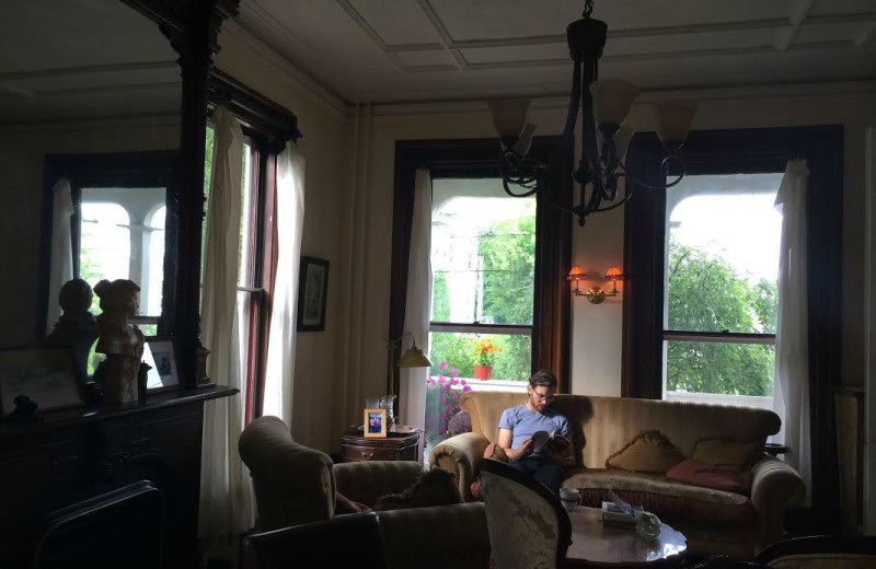 Living room at Hudson City Bed & Breakfast.