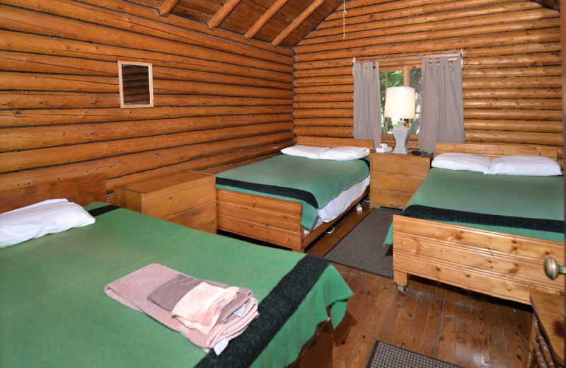 Bedroom in cabin at Manotak Lodge