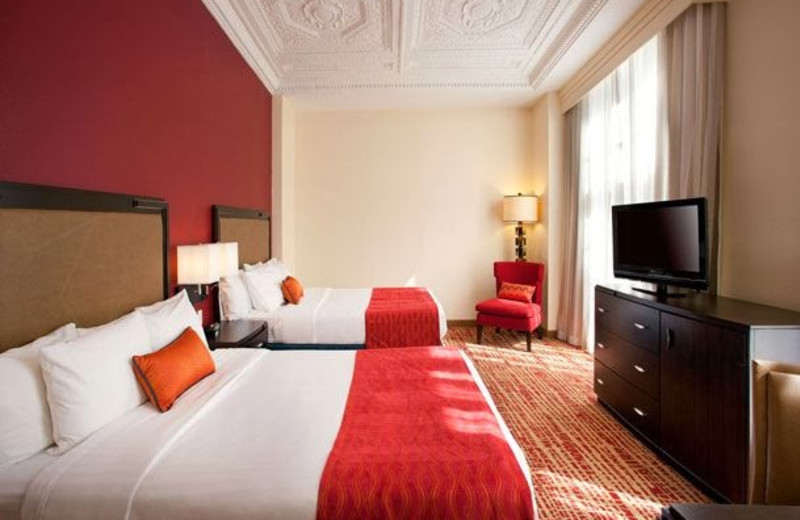 Guest room at Courtyard by Marriott Fort Worth Downtown/Blackstone.