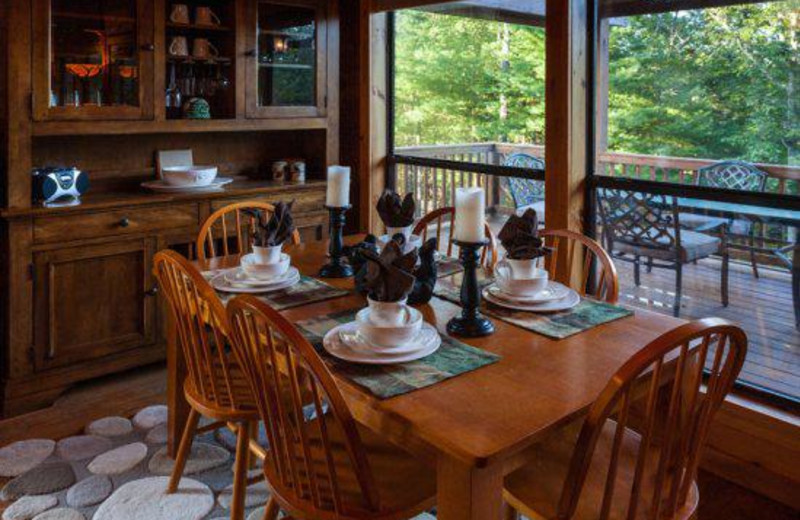 Cabin dining table at Blue Sky Cabin Rentals.