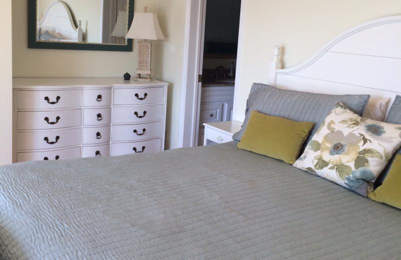 Guest bedroom at Clifftop On Seneca.