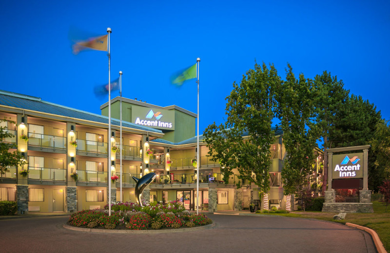 Exterior view of Accent Inn Victoria.