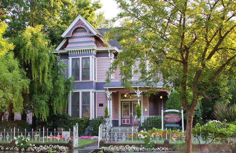 Exterior view of Hennessey House Bed & Breakfast.