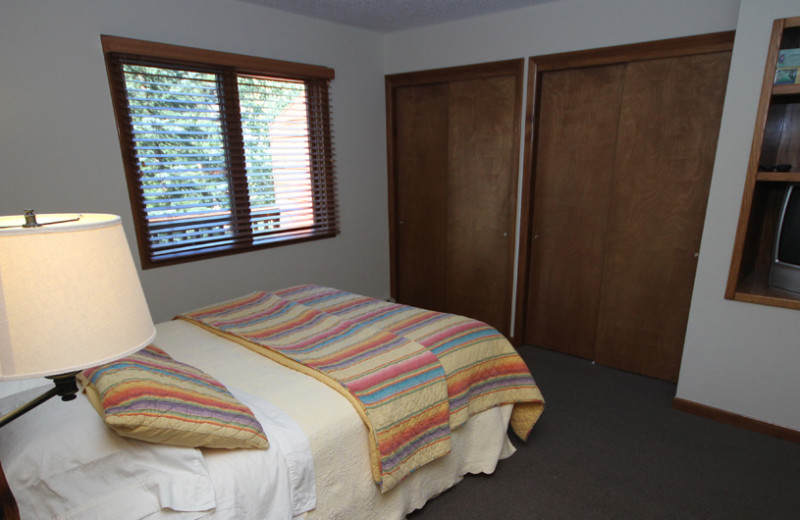 Guest bedroom at Boulder Brook on Fall River.