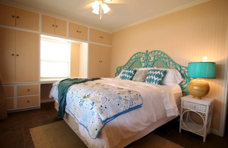 Azure Relaxin on LBJ Little House - 3/2 Sleeps 10, Boat Dock, Jet-Ski Lift, Pool, Jacuzzi, WI-FI