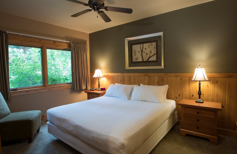 Guest bedroom at Ruttger's Bay Lake Lodge.