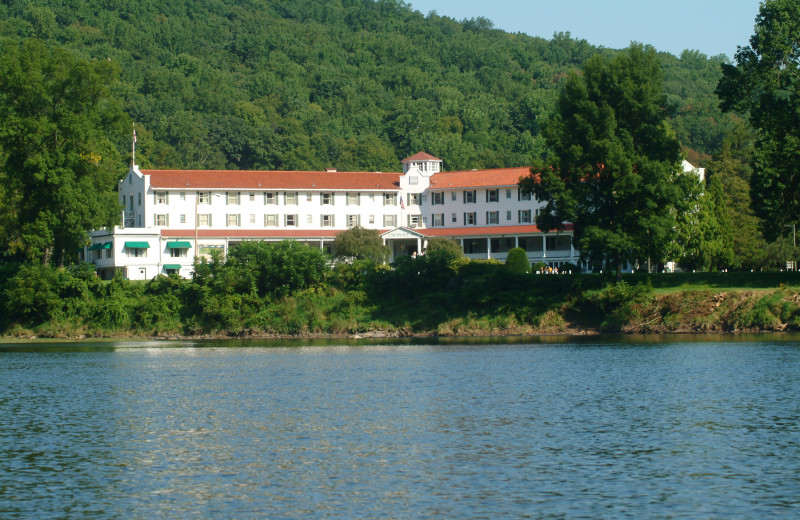 Exterior view of Shawnee Inn and Golf Resort.