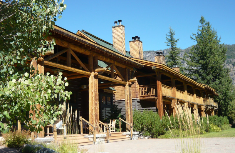 Exterior view of Freestone Inn and Cabins.